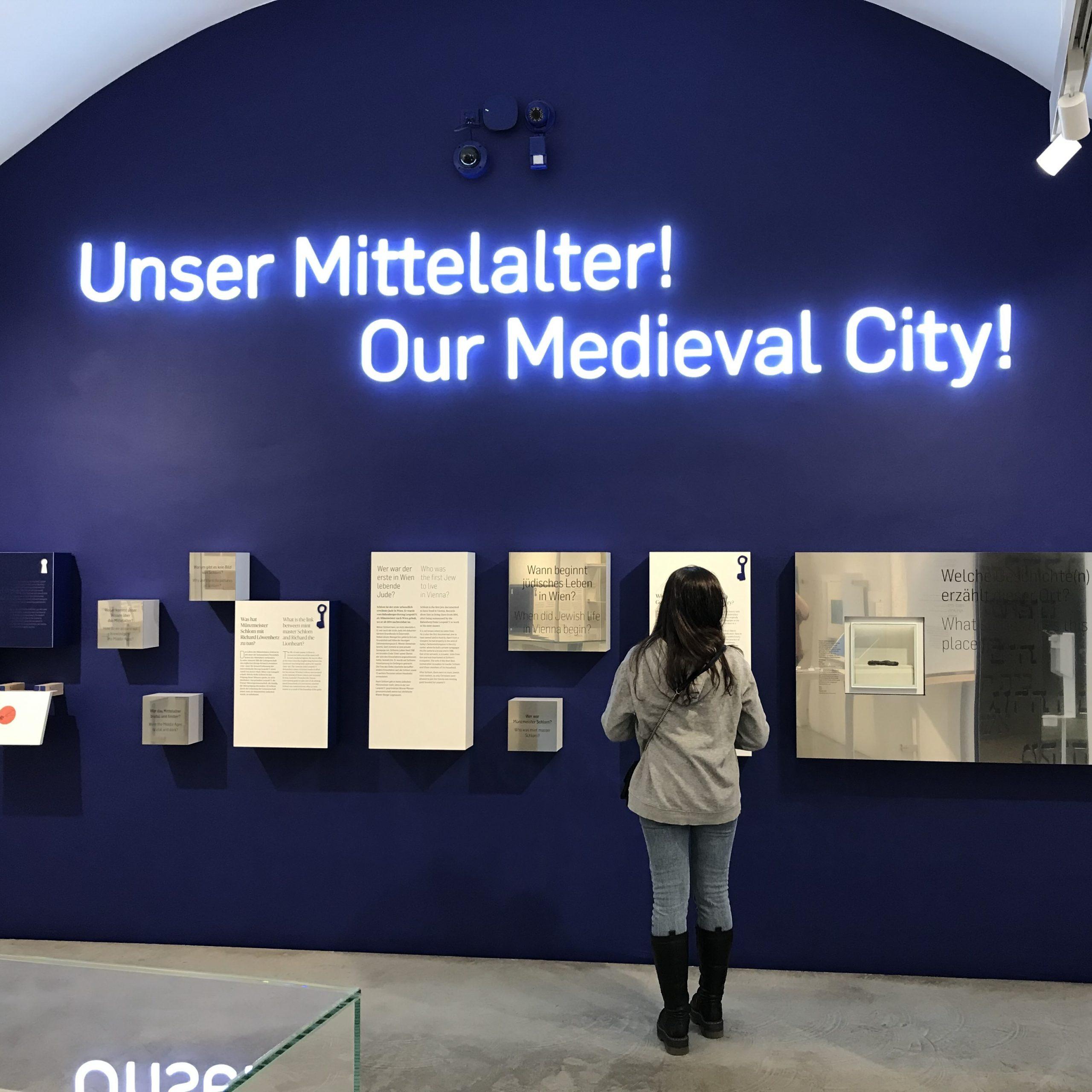 """Aufschrift an der Wand """"Unser Mittelalter!"""" fotografiert in der aktuellen Dauerausstellung des Museums Judenplatz"""