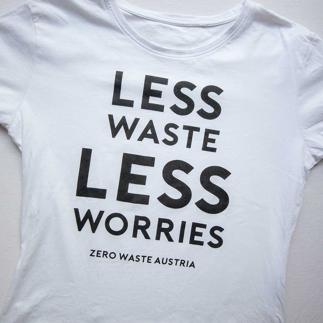 "Zero Waste Austria T-shirt ,it der Aufschrift ""Less waste, less worries"""