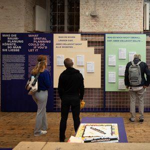 """Aufnahme Präsentationswand der Ausstellung """"Boden für Alle"""" im AzW"""