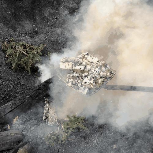 rauchende Kohlen auf einer Schaufel